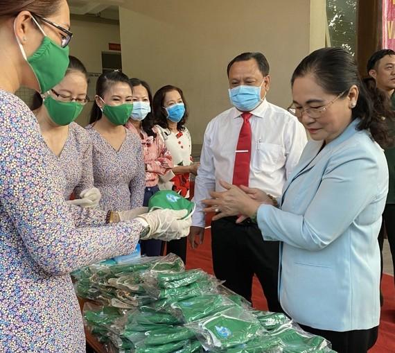 Đồng chí Nguyễn Thị Lệ, Phó Bí thư Thành ủy, Chủ tịch HĐND TPHCM động viên cán bộ, hội viên Hội LHPN quận 11 may khẩu trang tặng người dân phòng chống Covid-19