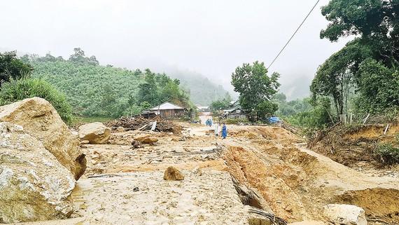Sạt lở chia cắt trung tâm xã Phước Thành, huyện Phước Sơn, tỉnh Quảng Nam. Ảnh: NGỌC PHÚC