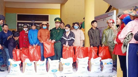 Báo SGGP phối hợp với Đồn biên phòng Nhâm và Đồn biên phòng Cửa khẩu Hồng Vân trao quà hỗ trợ cho đồng bào huyện A Lưới