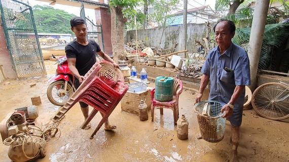 Ông Võ Văn Bình và cháu ngoại Võ Nhật Thanh sau khi đi cứu người về thì tài sản trong nhà bị hư hỏng hết