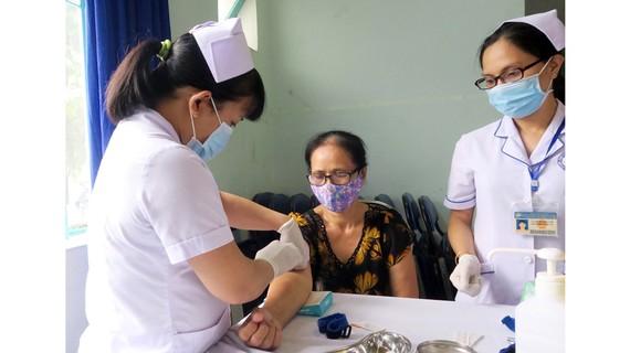Lấy máu tầm soát cholesterol miễn phí tại BV Phục hồi chức năng - Điều trị bệnh nghề nghiệp TPHCM