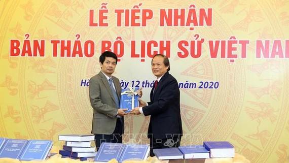 Buổi lễ tiếp nhận bản thảo bộ Lịch sử Việt Nam