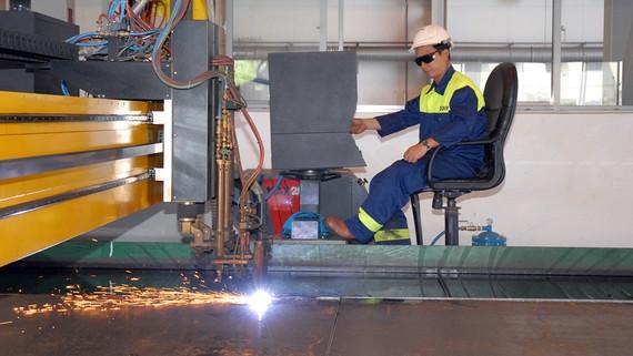 Sản xuất thiết bị cơ khí tại Công ty ODIM. Ảnh: CAO THĂNG