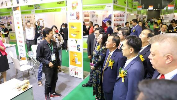 Nhiều đại biểu tham quan gian hàng tại Vietnam Expo năm 2019