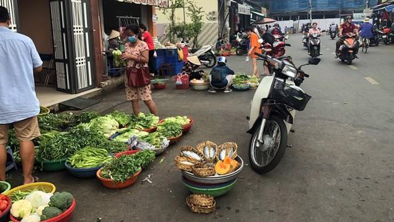 Chợ tự phát xung quanh chợ Nguyễn Tri Phương, phường 6, quận 10, TPHCM. Ảnh: QÚY NGỌC