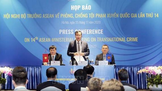 Thiếu tướng Lê Tấn Tới, Thứ trưởng Bộ Công an chủ trì họp báo. Ảnh: Doãn Tấn/TTXVN