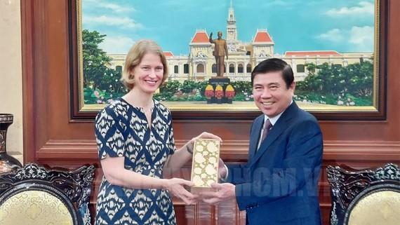 Chủ tịch UBND TPHCM Nguyễn Thành Phong tặng quà lưu niệm cho Đại sứ New Zealand tại Việt Nam Wendy Mattews. Nguồn: Thanhuytphcm