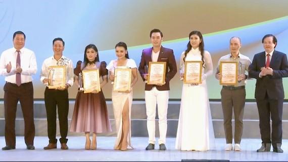 6 diễn viên xuất sắc nhận huy chương vàng. Ảnh: Thanhuytphcm