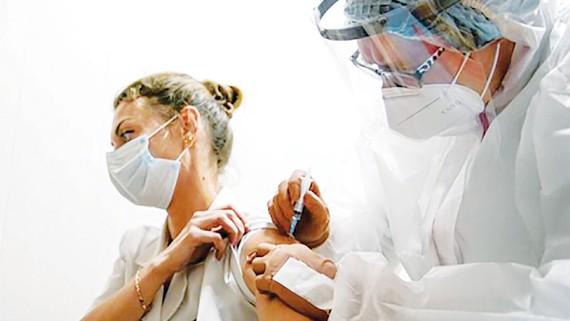 Một nhân viên y tế tại TP Tver, Nga tiêm vaccine Sputnik-V