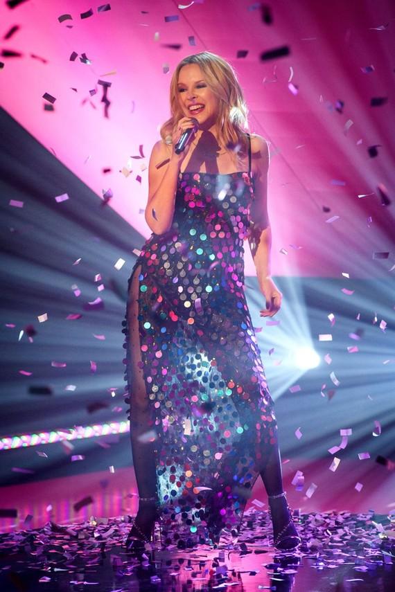 Kylie Minogue trong trang phục lấp lánh của kỷ nguyên disco