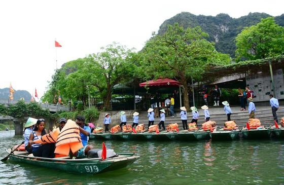 Du khách tham quan quần thể danh thắng Tràng An (Ninh Bình) thời điểm trước khi có dịch Covid-19