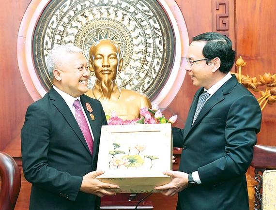 Bí thư Thành ủy TPHCM Nguyễn Văn Nên trao quà lưu niệm tặng Đại sứ Indonesia Ibnu Hadi. Ảnh: VIỆT DŨNG