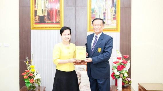 TS Trương Thị Hằng tặng ông Kittisak Samuttharak, Hiệu trưởng Đại học Rajabhat Lampang cuốn sách về Chủ tịch Hồ Chí Minh
