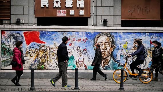 Người dân thành phố Vũ Hán vẫn đeo khẩu trang khi ra đường