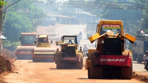 Thi công nâng cấp mở rộng quốc lộ 13, đoạn thị trấn Lộc Ninh - cửa khẩu Hoa Lư. Ảnh: VĂN PHONG
