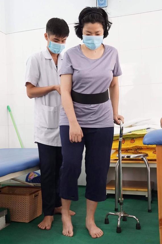 Kỹ thuật viên tại Trạm Y tế phường 3, quận 3 tập vật lý trị liệu, phục hồi chức năng sau đột quỵ cho bệnh nhân. Ảnh: HOÀNG HÙNG