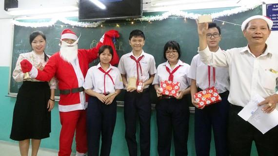 Tổ công tác xã hội Trường THCS Lạc Hồng (quận 10) tặng quà cho học sinh khối 7 dịp lễ Giáng sinh