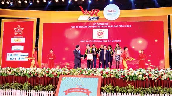 Ông Vũ Anh Tuấn (người đứng giữa) PTGĐ, C.P. Việt Nam nhận chứng nhận Tốp 50 doanh nghiệp xuất sắc Việt Nam 2020