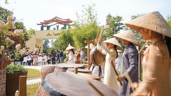 Du khách tham quan Khu du lịch Một thoáng Việt Nam (huyện Củ Chi, TPHCM) ngày 16-1