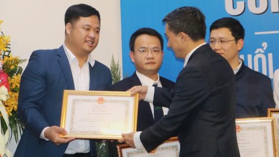 Thứ trưởng Bộ Y tế Trần Văn Thuấntrao Bằng khen cho đại diện các tập thể thanh niên có nhiều đóng góp xuất sắc trong hoạt động. Nguồn: TTH.VN