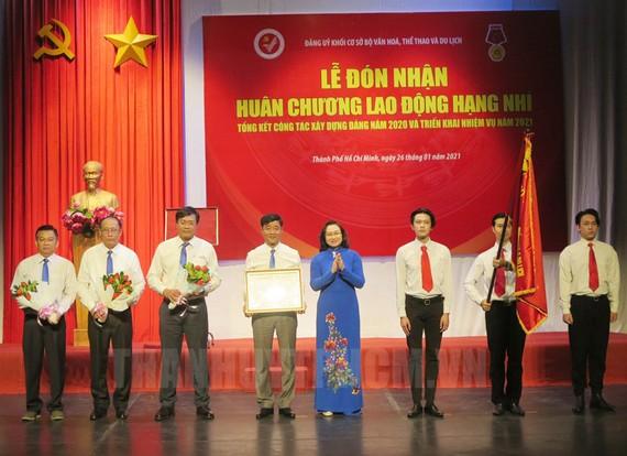 Phó Chủ tịch UBND TP Phan Thị Thắng trao Huân chương Lao động hạng Nhì cho tập thể Đảng ủy khối cơ sở Bộ VH-TT-DL. Nguồn: Thanhuytphcm