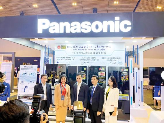 Ông Bùi Thế Duy,Thứ trưởng Bộ Khoa học và Công nghệ (đứng giữa) tham quan gian hàng của Panasonic