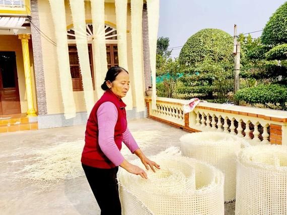 Những tấm mặt mây được đan, sửa và hong khô tại nhà anh Phạm Ngọc Tấn, xã Thượng Hiền