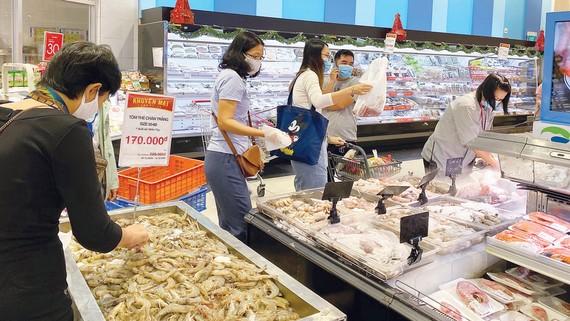 Người tiêu dùng chọn mua hàng hóa tại một siêu thị ở TPHCM. Ảnh: CAO THĂNG