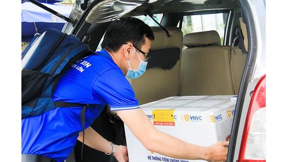 Vận chuyển vaccine Covid-19 đến Trung tâm Kiểm soát bệnh tật TP Đà Nẵng. Ảnh: XUÂN QUỲNH