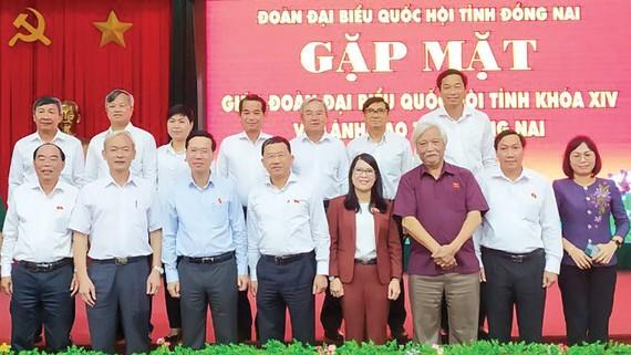 Đồng chí Võ Văn Thưởng với các đại biểu tại buổi gặp mặt