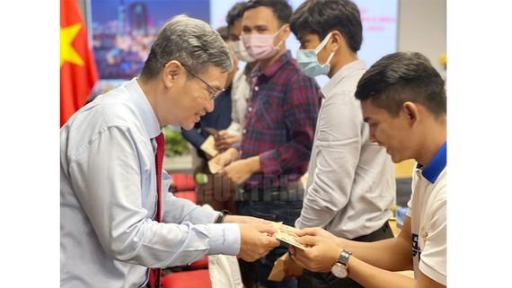 Chủ tịch Liên hiệp các tổ chức Hữu nghị TP Vương Đức Hoàng Quân trao quà Tết cho các em sinh viên Campuchia và Lào có hoàn cảnh khó khăn và đạt thành tích học lực khá, giỏi. Ảnh: Thanhuytphcm