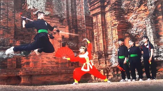 Các võ sĩ biểu diễn võ cổ truyền Bình Định. Ảnh: ĐÀO PHAN MINH CẦN