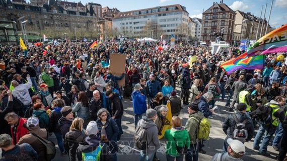 Người biểu tình tại thành phố Stuttgart, phản đối các biện pháp phong tỏa do đại dịch Covid-19. Nguồn: TTXVN
