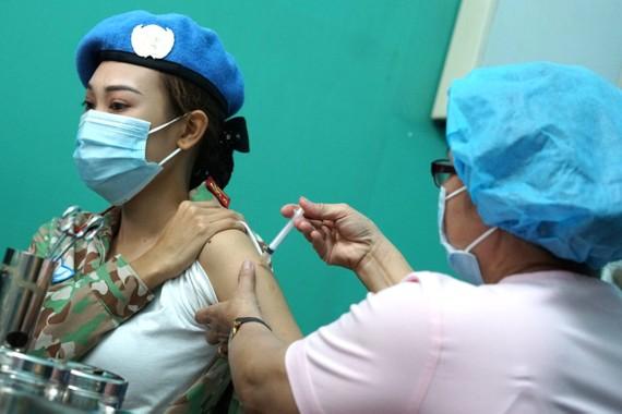 Tiêm vaccine Covid-19 cho quân nhân tại Bệnh viện Quân y 175. Ảnh: HỒ QUANG