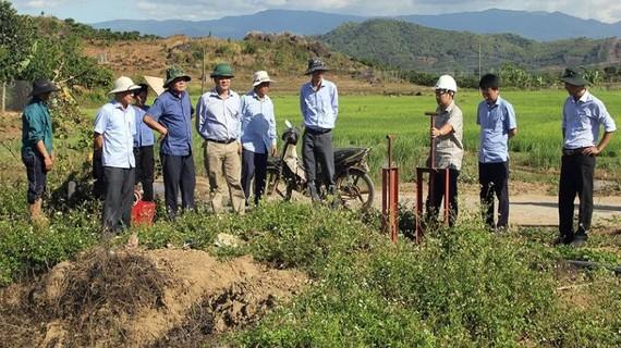 Ông Lê Trọng Yên - Phó Chủ tịch UBND tỉnh Đắk Nông cùng đoàn công tác kiểm tra thực địa Dự án thuỷ lợi Suối Đá trước đó. Nguồn: TN&MT