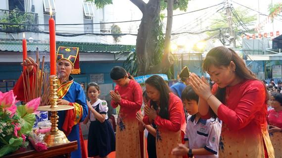 Học sinh Trường Tiểu học Nguyễn Trường Tộ (quận 4) dâng hương tưởng nhớ các vua Hùng