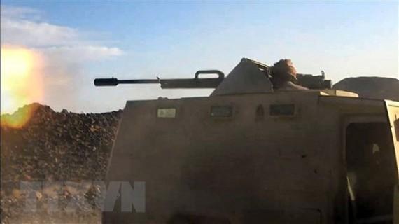 Binh sỹ lực lượng ủng hộ chính phủ Yemen giao tranh với các tay súng lực lượng Houthi tại Marib, Yemen, ngày 25-4-2021. Ảnh: TTXVN