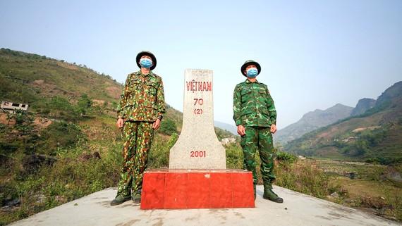 Các chiến sĩ biên phòng canh gác tại cột mốc số 70 ở Sì Lở Lầu. Ảnh: GIA KHÁNH
