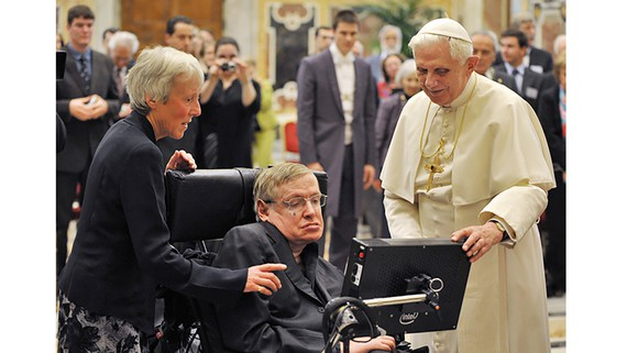 Nhà khoa học Stephen Hawking (1942-2018) trong một lần diện kiến Giáo hoàng Benedict XVI tại Tòa thánh Vatican năm 2008