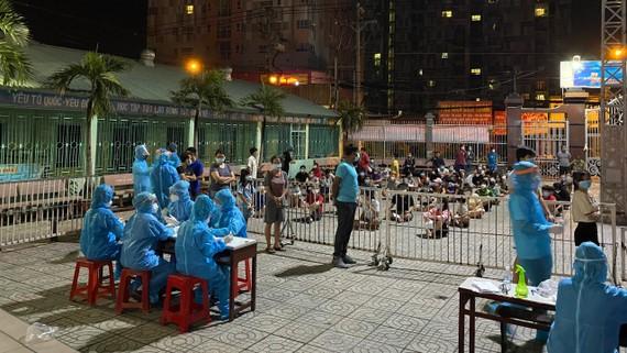 Các nghệ sĩ tham gia hướng dẫn lấy mẫu tại khu dân cư. Ảnh: MC Quốc Bình