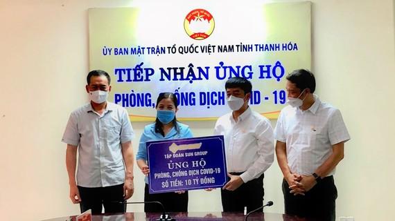 Đại diện Tập đoàn Sun Group trao tặng 10 tỷ đồng ủng hộ Thanh Hóa phòng, chống dịch Covid-19