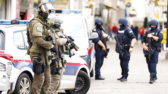 Cảnh sát tăng cường trên đường phố Paris sau vụ tấn công khủng bố hồi tháng 10-2020