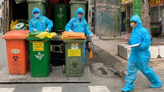 Thu gom rác thải đã phân loại tại quận 5. Ảnh: CAO THĂNG