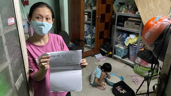 Chị Lê Thị Thu Hương (38 tuổi, quê TP Cần Thơ) tự đi làm xét nghiệm. Ảnh: VĂN MINH