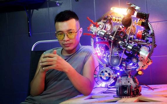 Nguyễn Tuấn Anh bên chiếc đồng hồ do anh chế tác