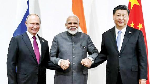 Tổng thống Nga Vladimir Putin, Thủ tướng Ấn Độ Narendra Modi và Chủ tịch Trung Quốc Tập Cận Bình (từ trái sang) bên lề Hội nghị thượng đỉnh Nhóm G20 tại Nhật Bản, năm 2019