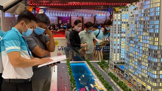 Người dân chọn mua căn hộ sẽ xây dựng tại quận 8 (ảnh chụp trước khi TPHCM thực hiện Chỉ thị 16). Ảnh: CAO THĂNG