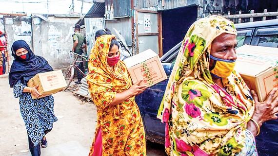Phụ nữ Bangladesh nhận hàng cứu trợ của Chương trình Phát triển Liên hiệp quốc (UNDP) trong đại dịch Covid-19