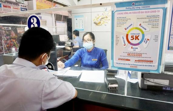 Người dân mua vé tàu tại ga Sài Gòn. Ảnh: HOÀNG HÙNG