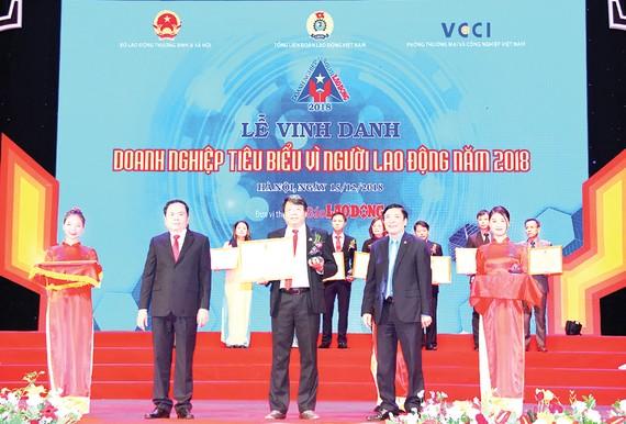 Công ty Yến sào Khánh Hòa nhận giải thưởng Doanh nghiệp tiêu biểu vì người lao động